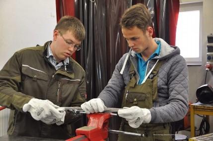 Jonathan Wohlfahrt und Leonard Bausch bei der praktischen Aufgabe