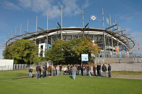 Auszubildende vor dem Stadion