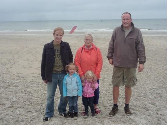 Klaas mit Mutter und beiden Töchtern auf Vlieland