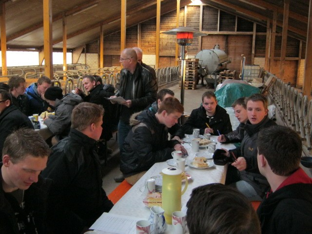 Cord Krüger stellt die Kalkulation für die Wiederaufnahme der Milchproduktion vor